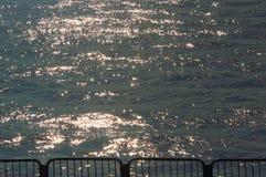Zeilendetail - met water en zonbezinning op achtergrond Stock Foto's