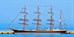 Zeilenschip in de haven van Sotchi Stock Afbeeldingen