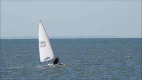 Zeiler varende boot op de oceaan van Kent stock videobeelden