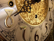 Zeit auf einer großväterlichen Borduhr Lizenzfreie Stockbilder