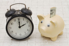 Zeit auf, Steinrückseite zu speichern zu beginnen, a-Sparschwein und Wecker lizenzfreies stockfoto
