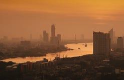 Zeit der Bangkok-Flussansicht in der Dämmerung, Thailand an der Dämmerung An der Dämmerung Panoramaansicht von Bangkok-Stadt scap Lizenzfreies Stockbild