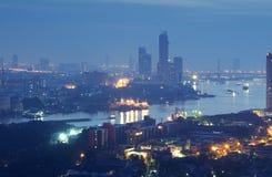 Zeit der Bangkok-Flussansicht in der Dämmerung, Thailand an der Dämmerung An der Dämmerung Panoramaansicht von Bangkok-Stadt scap Stockfotografie