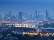 Zeit der Bangkok-Flussansicht in der Dämmerung, Thailand an der Dämmerung An der Dämmerung Panoramaansicht von Bangkok-Stadt scap Stockfoto
