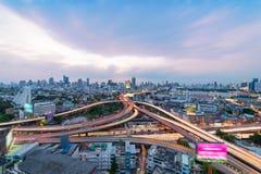 Zeit der Bangkok-Flussansicht in der Dämmerung, Thailand Verkehr auf der Autobahn im Geschäftsgebiet Lizenzfreie Stockfotografie