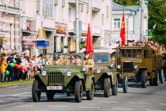 Zeit der Parade-sowjetische Militärauto-WW2, Leute-Soldaten einheitlich Lizenzfreie Stockbilder