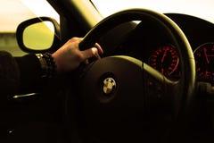 Zeit des gutenmorgens, die BMW-Auto fährt lizenzfreies stockbild