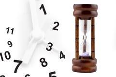 Zeit, die heraus läuft: Sand, der innerhalb der Sanduhr fällt Lizenzfreies Stockbild