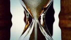 Zeit, die vorbei in sandglass verstreicht stock footage