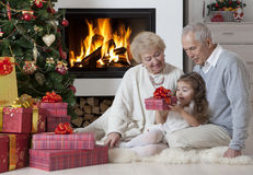 Zeit für öffnende Geschenke Stockfoto