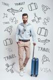 Zeit für Abenteuer In voller Länge vom Bezaubern des bärtigen jungen Mannes, der auf einen Flug mit seinem Gepäck bei der Stellun lizenzfreie stockfotografie