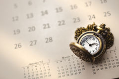 Zeit für die Aufwartung mit Weinlese-Taschen-Uhr auf dem Kalender, Imag Stockbild