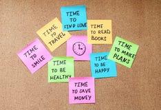 Zeit für die Planung von hellen Aufklebern mit unterschiedlichen Motivationsanmerkungen und -uhr stockfotografie