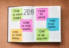 Zeit für die Planung von hellen Aufklebern mit verschiedenen Motivationsanmerkungen im Notizbuch stockfoto