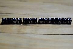Zeit für die webinar Mitteilung geschrieben auf Holzklötze lizenzfreies stockfoto