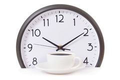 Zeit für eine Kaffeepause, Arbeit mit Kaffeetasse und Uhr bei zehn O-Uhr auf Weiß Lizenzfreie Stockbilder