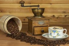 Zeit für einen guten aromatischen Kaffee Kaffee und Zeitung auf einer hölzernen Tabelle Vorbereiten für Ausgangstrinkenden Kaffee Stockbilder