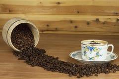 Zeit für einen guten aromatischen Kaffee Kaffee und Zeitung auf einer hölzernen Tabelle Vorbereiten für Ausgangstrinkenden Kaffee Lizenzfreies Stockbild