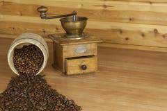 Zeit für einen guten aromatischen Kaffee Kaffee und Zeitung auf einer hölzernen Tabelle Vorbereiten für Ausgangstrinkenden Kaffee Lizenzfreie Stockfotos