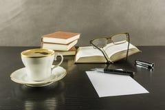 Zeit für einen Kaffee und die Rettung einer Anmerkung vom gelesenen Text Lizenzfreies Stockbild