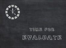 Zeit für Evaluate - Uhr mit Text auf schwarzem Hintergrund lizenzfreie abbildung