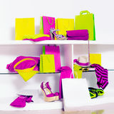 Zeit für helle Verkäufe Bezaubernde helle Kleidung, Dameneinkauf stockfotografie