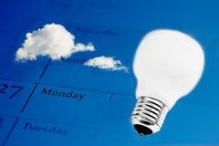 Zeit für Innovation: Glühlampe auf Geschäftstagesordnung stockfoto