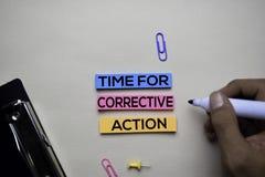 Zeit für Korrektur-Maßnahme Text auf klebrigen Anmerkungen mit Schreibtischkonzept lizenzfreies stockfoto