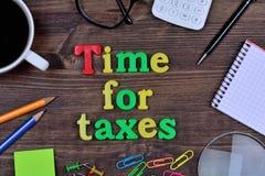 Zeit für Steuern auf Tabelle Lizenzfreie Stockfotos