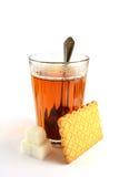 Zeit für Tee mit einem Keks und einem Zucker Stockbild