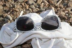 Zeit, Ferien zu nehmen! Weiße Sonnenbrille ist für Sommerzeitmoden schick! Stockbilder