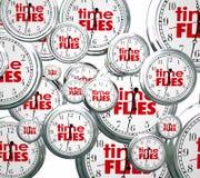 Zeit fliegt Wort-zukünftiges letztes anwesendes Geschwindigkeits-Konzept der Uhr-3d Stockfotografie