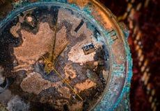Zeit- gealterte Uhr Stockfotografie