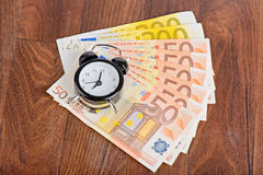 Zeit - Geld Die goldene Taste oder Erreichen für den Himmel zum Eigenheimbesitze Stockbilder