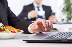 Zeit, im Büro zu essen Stockfotografie