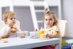Zeit, im Kindergarten zu essen lizenzfreie stockfotos