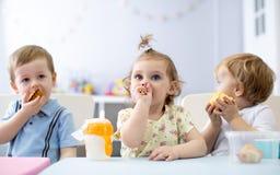 Zeit, im Kindergarten zu essen stockfoto