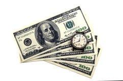 Zeit ist Geld Alte Uhr auf dem Hintergrund des Geldes Lizenzfreie Stockfotografie