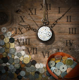 Zeit ist geld- alte Uhr und Münzen Lizenzfreie Stockfotografie