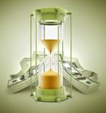 Zeit ist Geld Konzept mit Sandborduhr und -dollar Lizenzfreie Stockfotos