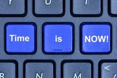 Zeit ist jetzt Wörter auf Tastaturknopf Lizenzfreie Stockfotografie