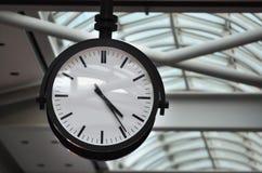 Zeit-klassische analoge Borduhr Stockfotografie