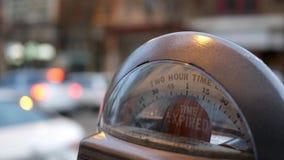 Zeit lief Parkuhranzeichenzeichen nahe Stadtgebiet ab stock video