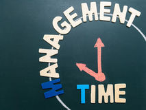 Zeit-Managementbenennungs- und -Handschriftuhr bei 10 morgens auf Schwarzem Lizenzfreie Stockfotografie
