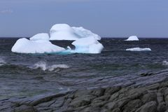 Zeit Neufundland-Eisbergs im Frühjahr lizenzfreies stockfoto