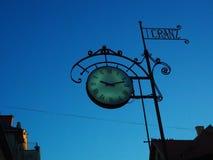 Zeit passt antikes Zeichen auf blauem Himmel auf Stockfoto