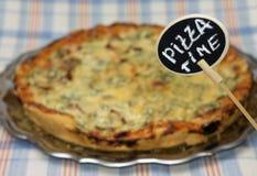 Zeit, Pizza zu essen Öffnen Sie Satz Zigaretten mit einem Filter und einer machine-gun Kassette Stockbilder
