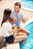 Zeit Poolside zusammen ausgeben Lizenzfreies Stockfoto