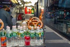 Zeit-Quadrat, New York City Stra?enverkauf Kolabaum, Wasser-Flaschen, Brezel Stra?enh?ndler auf Times Square stockbilder