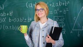 Zeit sich zu entspannen Entdeckungszeit sich zu entspannen und positiv zu bleiben Lehrergetränktee oder Kaffee und Aufenthaltspos lizenzfreies stockfoto